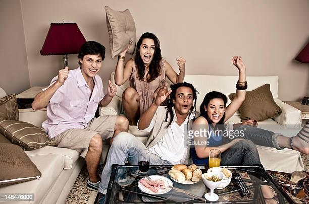 Brasilianische Freunde jubeln auf sofa
