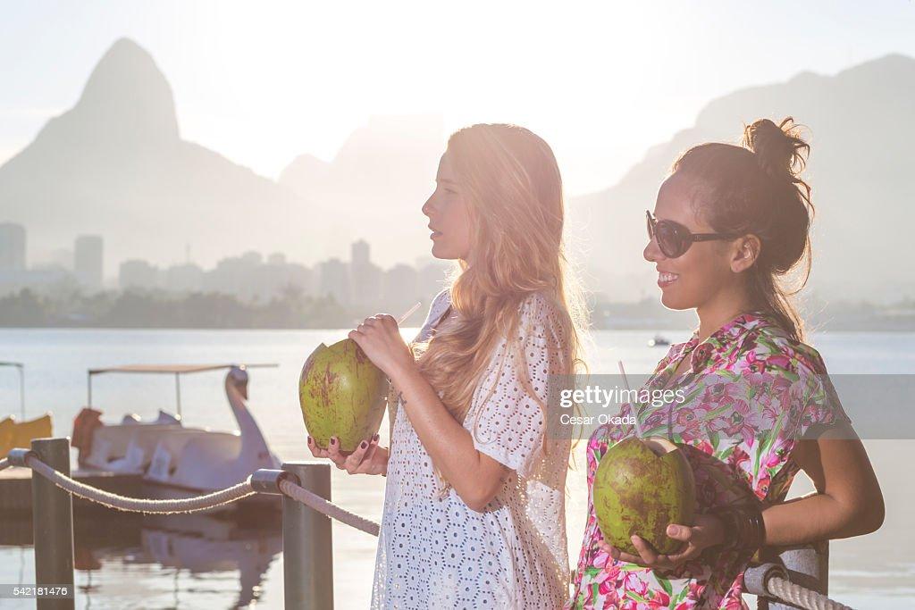 Brasiliano ragazze a bere acqua di cocco : Foto stock