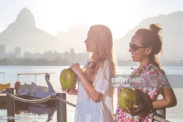 filles brésiliennes boire de l'eau de noix de coco