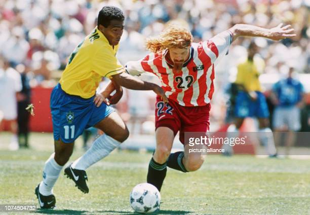 Brazilian goalgetter Romario playing against US defender Alexi Lala Brazil wins 10 against the USA at the 1994 FIFA World Cup in the USA | usage...