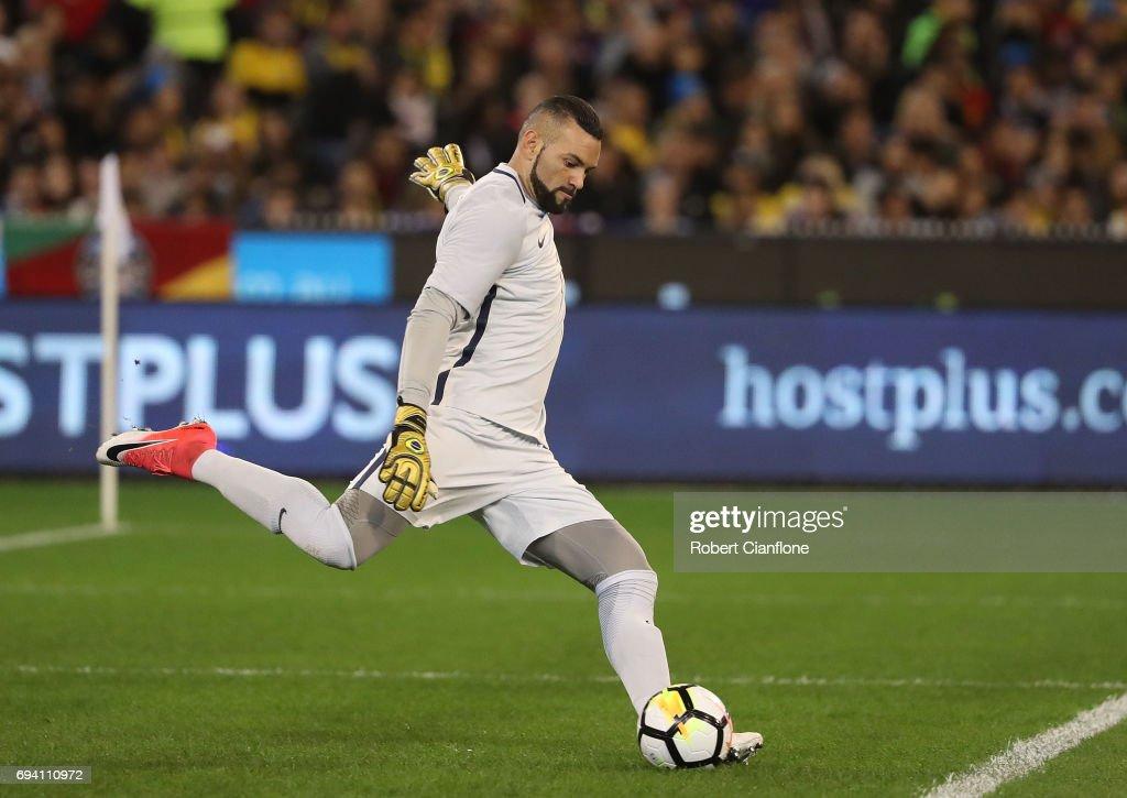 Brazilian Goalkeeper Weverton Pereira Da Silva Kicks The Ball During Nachrichtenfoto Getty Images