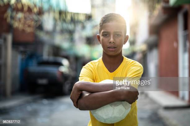 garoto brasileiro jogando futebol retrato - cultura brasileira - fotografias e filmes do acervo