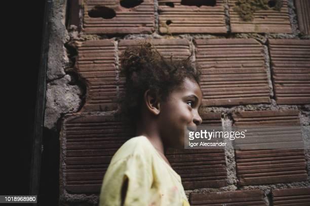 menina brasileira em casa - pobreza questão social - fotografias e filmes do acervo