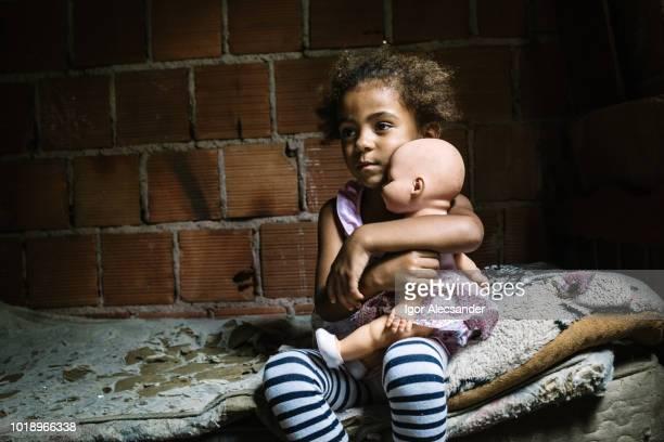 braziliaans meisje houdt van een pop in de slaapkamer - pop stockfoto's en -beelden