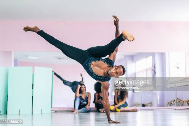 brazilian male dancer practicing in studio - arte, cultura e espetáculo imagens e fotografias de stock