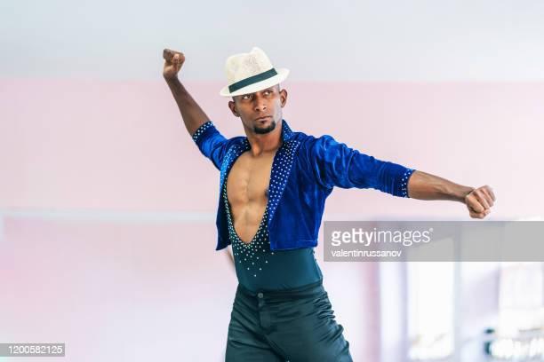 danseur mâle brésilien avec le chapeau et le costume pratiquant dans le studio - danse latine photos et images de collection