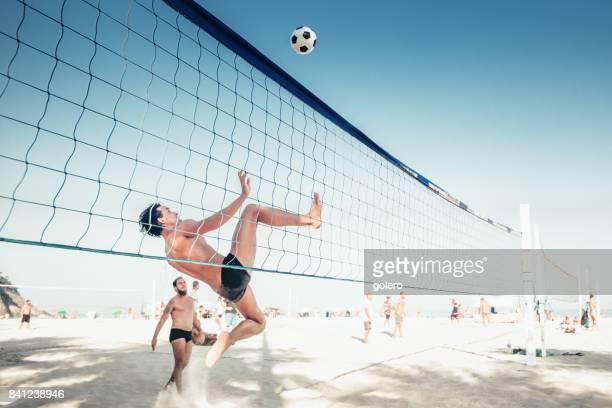 brasileira homem pulando de soccerball voleibol líquido no rio de janeiro - equipamento esportivo - fotografias e filmes do acervo