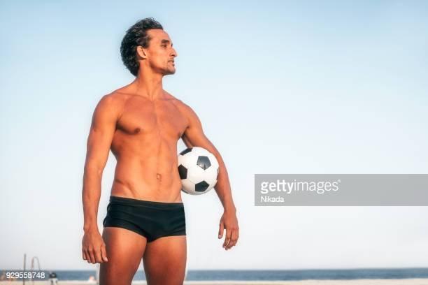 Brasilianischen Mann mit Soccerball am Strand in Brasilien