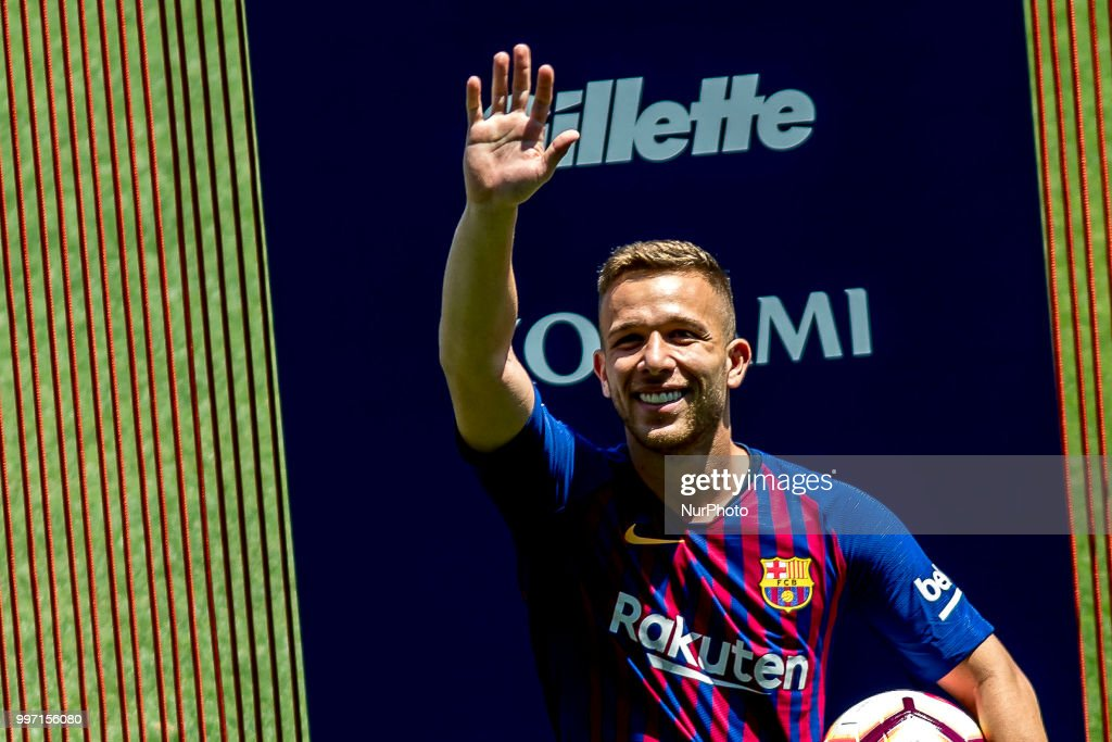 Barcelona sign Brazilian midfielder Arthur Melo : ニュース写真