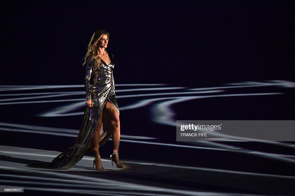Brazilian model Gisele Bundchen walks across the stage during the opening ceremony of the Rio 2016 Olympic Games at Maracana Stadium in Rio de Janeiro on August 5, 2016. / AFP / FRANCK