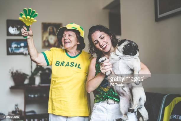 brasileira mãe e filha assistindo jogo de futebol em casa - rodada da competição - fotografias e filmes do acervo