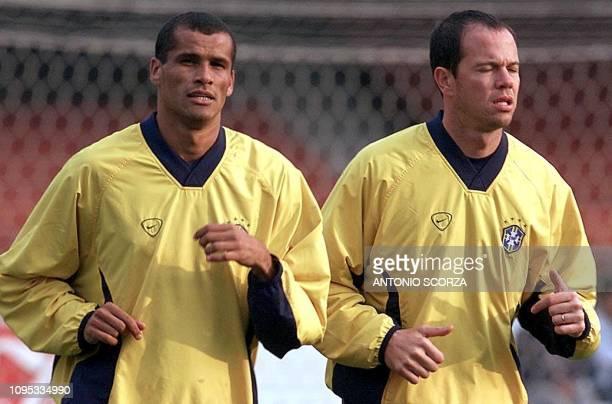 Brazilian national soccer team captain Antonio Carlos runs next to Rivaldo during the training 25 July 2000 in Sao Paulo Brazil El capitan Antonio...