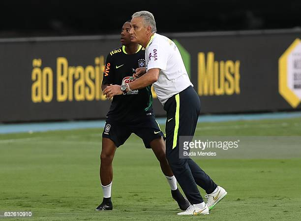 Brazilian national team head coach Tite in action with Robinho during a training session at Engenhao Stadium on January 24 2017 in Rio de Janeiro...