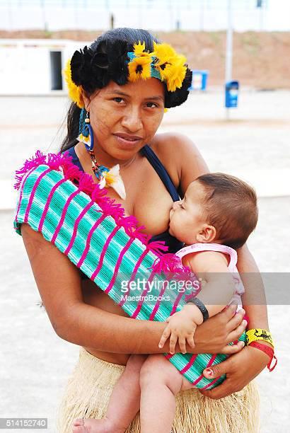 Brasilianische einheimischen junge Frau stillende Mutter füttern Ihr Baby.
