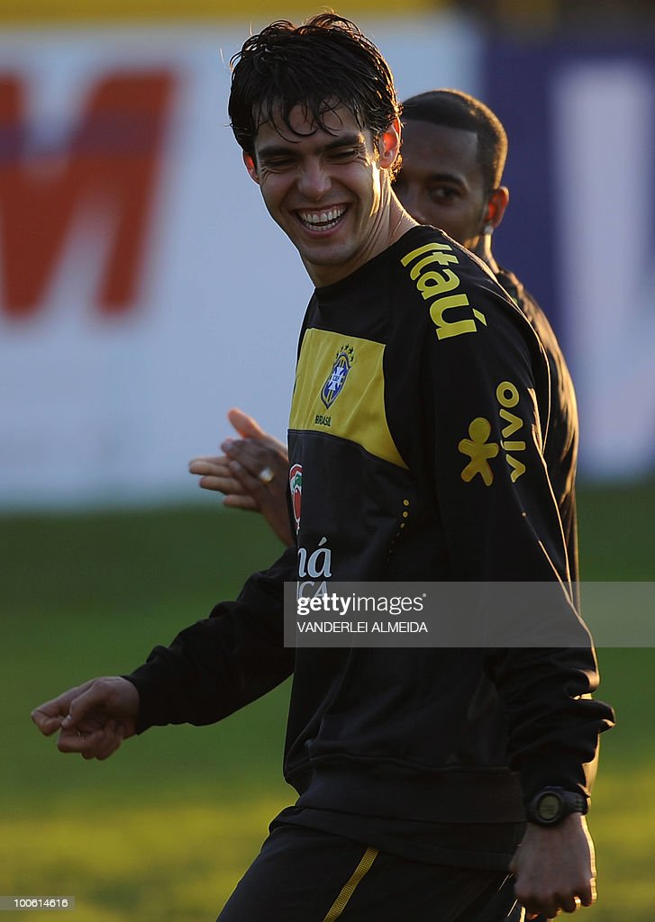 Brazilian player Kaka smiles next to Robinho during the last day of training in the southern Brazilian city of Curitiba on May 25, 2010. Brazil, five-time world champion, is among the favourites for the South Africa 2010 World Cup which starts on June 11th. AFP PHOTO/Vanderlei ALMEIDA