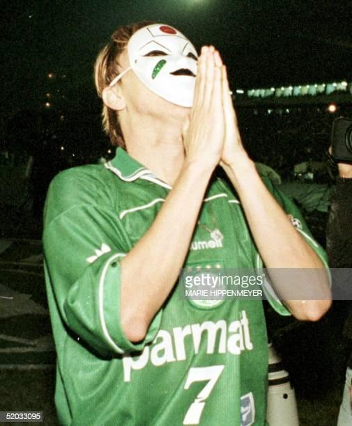 Brazilian player Paulo Nunes of Palmeiras puts his hands together 16 June 1999 El atacante brasileno Paulo Nunes del Palmeiras agradece el...