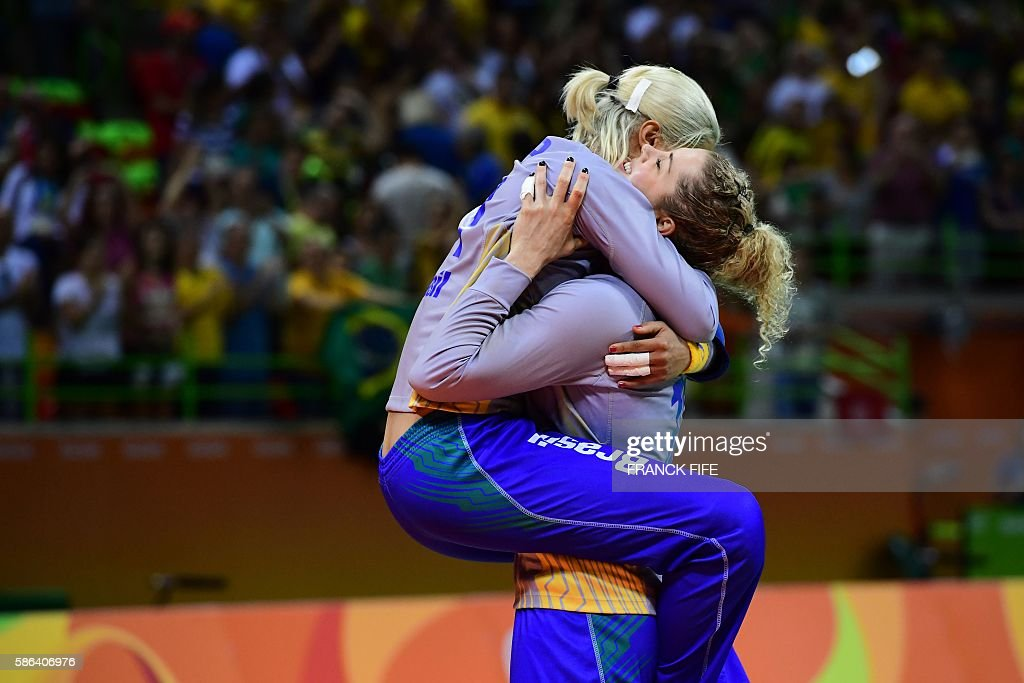 TOPSHOT - Brazilian players celebrate their victory at the end of the women's preliminaries Group A handball match Norway vs Brazil for the Rio 2016 Olympics Games at the Future Arena in Rio on August 6, 2016. Brazil won 31-28. / AFP / afp / FRANCK