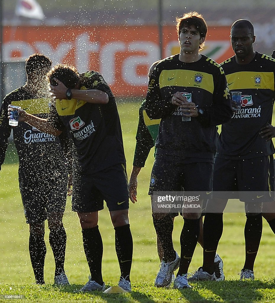 Brazilian players Elano, Kaka, and Grafitte rest during the last day of traning in the southern Brazilian city of Curitiba on May 25, 2010. Brazil, five-time world champion, is among the favourites for the South Africa 2010 World Cup which starts on June 11th. AFP PHOTO/Vanderlei ALMEIDA