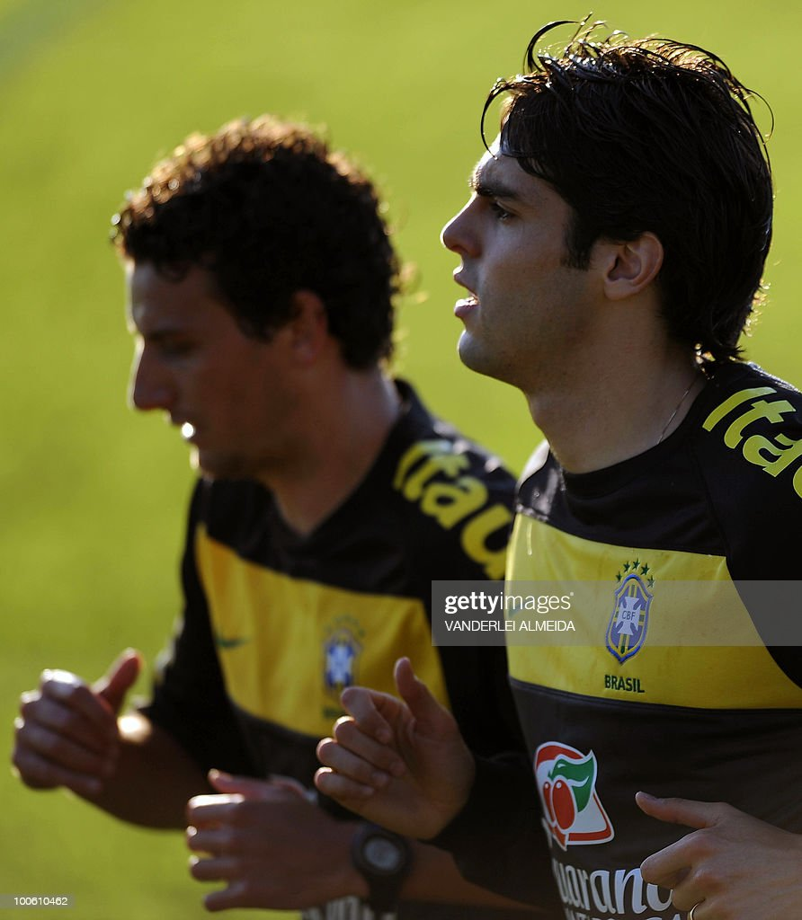Brazilian players Kaka (R) and Elano jog during the last day of traning in the southern Brazilian city of Curitiba on May 25, 2010. Brazil, five-time world champion, is among the favourites for the South Africa 2010 World Cup which starts on June 11th. AFP PHOTO/Vanderlei ALMEIDA