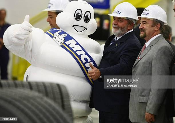 Brazilian president Luiz Inacio Lula da Silva and Luiz Fernando Beraldi president for Latin America of French tyre maker Michelin pose with the...