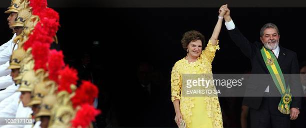 Brazilian President Luiz Inacio Lula da Silva holds First Lady Marisa Leticia's hand upon their arrival 01 January 2007 at the Planalto Palace in...
