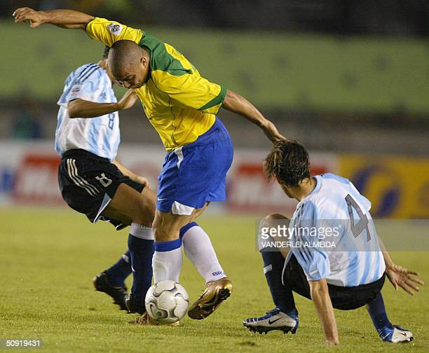 Brazilian Ronaldo is marked by Javier Zanetti and Facundo Quiroga of Argentine 02 June at Mineirao stadium in Belo Horizonte Brazil during a football...