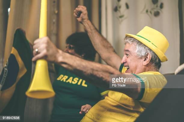 Brasilianische älteres paar Fan Fußballspiel zu Hause beobachten