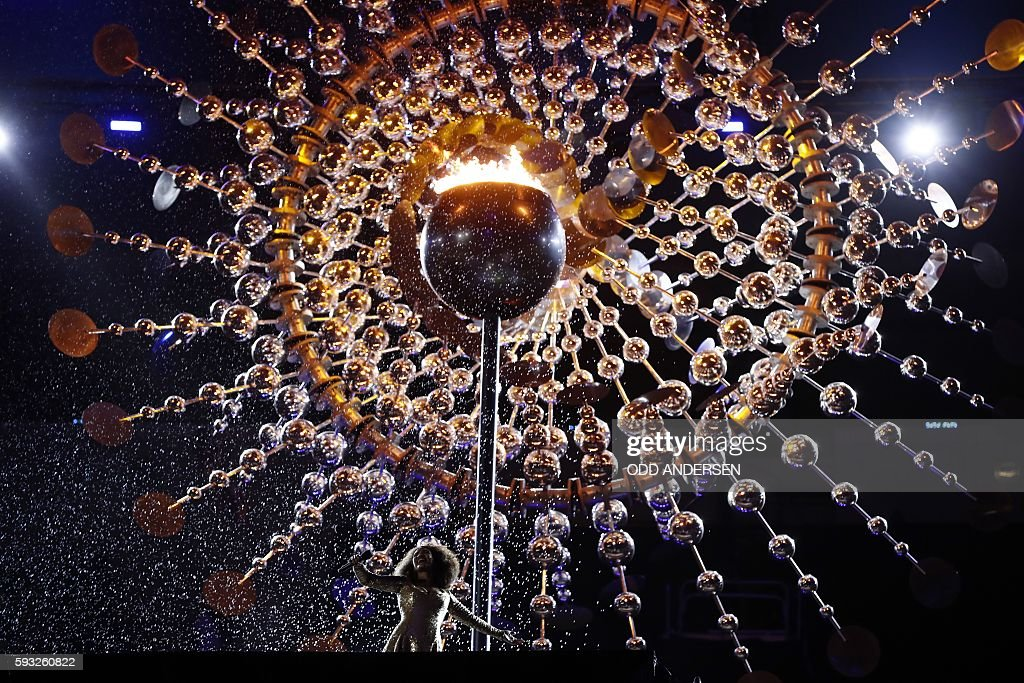 TOPSHOT - Brazilian singer Mariene De Castro performs during the closing ceremony of the Rio 2016 Olympic Games at the Maracana stadium in Rio de Janeiro on August 21, 2016. / AFP / Odd ANDERSEN