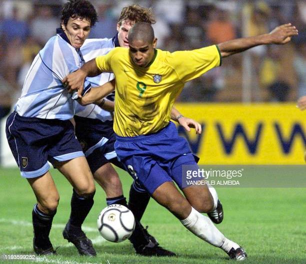 Brazilian soccer player Adriano eludes the Argentine defense of Luis Zubeldia and Mauro Cetto 28 January 2001 in Portoviego Ecuador El judador...