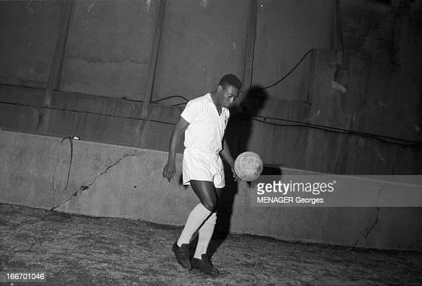 Brazilian Soccer Player Pele PELE célèbre footballeur brésilien le 9 juin 1960 dans une démonstration de techniques de ballon Attitude du joueur...