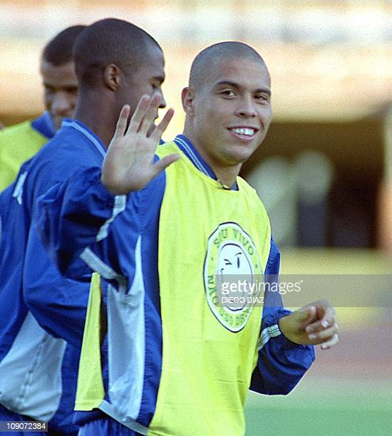 Brazilian soccer player Ronaldo waves 02 September 1999 during trainingEl delantero de la seleccion de futbol de Brasil Ronaldo saluda a los...