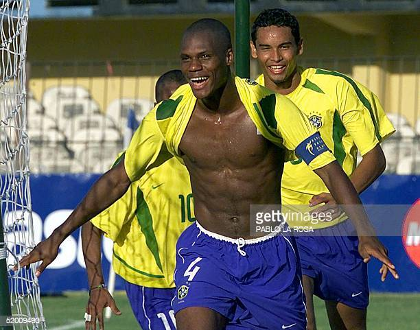 Brazilian soccer players are seen celebrating a goal in Montevideo Uruguay 04 January 2003 Andre Luis Bahia Dos Santos jugador de la selecci=n...