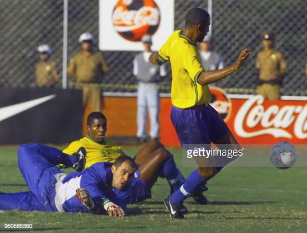Brazilian soccer players Berto Marcos and Cristian play during practice 27 June 1999 in Foz de Iguazu Brazil Los jugadores del seleccionado de futbol...