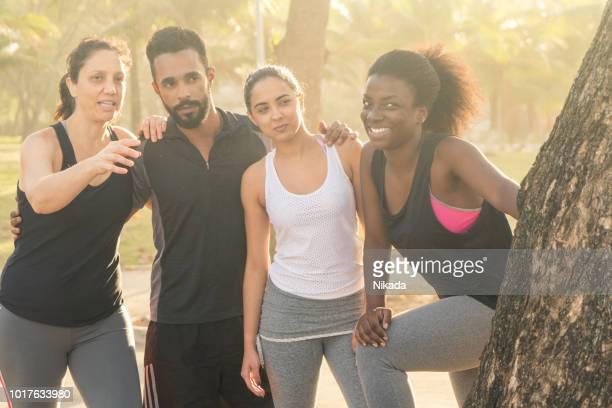 brasilianische sportliche Freunde an sonnigen Tag im Park genießen