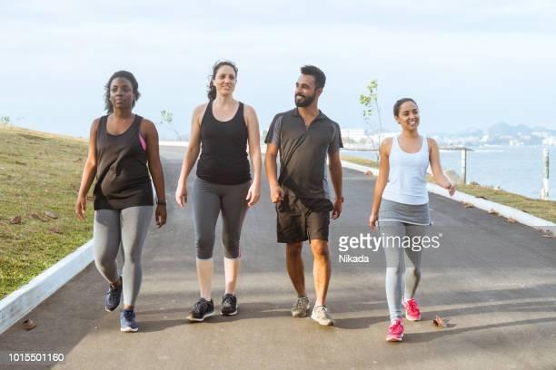 brasilianische sportliche Freunde gehen auf die Straße gegen Himmel