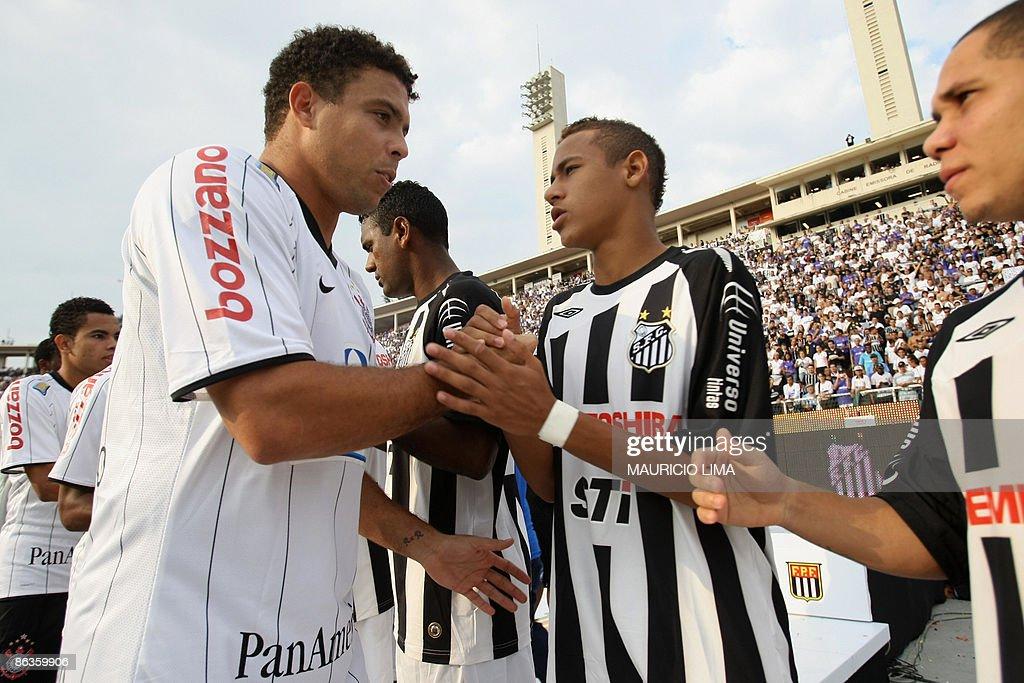 Brazilian striker Ronaldo (L), of Corint : News Photo