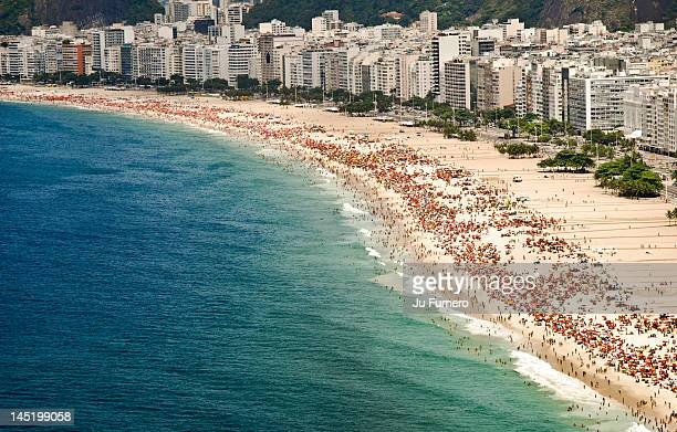 brazilian summer - strand von copacabana stock-fotos und bilder