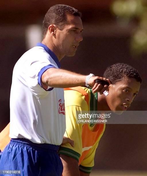 Brazilian team coach Wanderley Luxemburgo instructs Ronaldinho Gaucho 21 January 2000 in Londrina Brazil El director tecnico Wanderley Luxemburgo da...