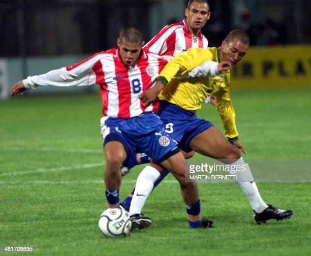 Brazilian team soccer player Eduardo fights for the ball with Jorge Britez during their game in Ambato Ecuador 15 January 2001 El jugador del equipo...