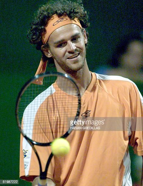 Brazilian tennis player Gustavo Kuerten is seen with the ball in Buenos Aires Argentina 19 February 2002 El tenista brasileno Gustavo Kuerten juega...