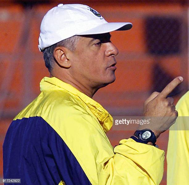 Brazilian Under20 Head Coach Carlos Cesar gives instructions to his players 22 June 2001 during a training session in Cordoba Argentina El tecnico...