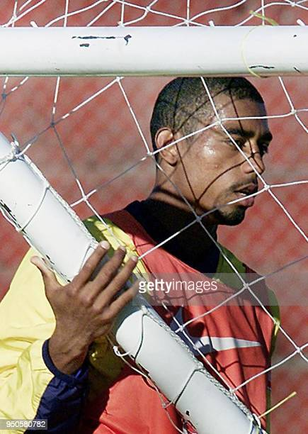 Brazilian Under20 player Robert carries the goal 26 June 2001 during a training session in Cordoba Argentina El jugador Robert del seleccionado...