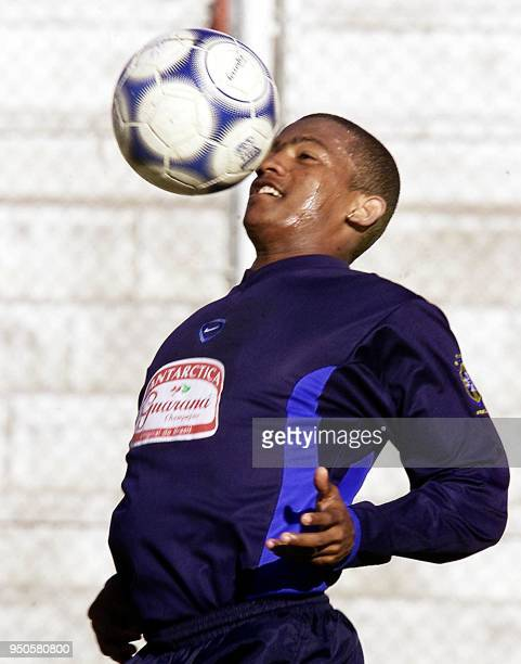 Brazilian Under20 soccer player controls the ball 26 June 2001 during a training session in Cordoba Argentina El jugador Pinga del seleccionado...