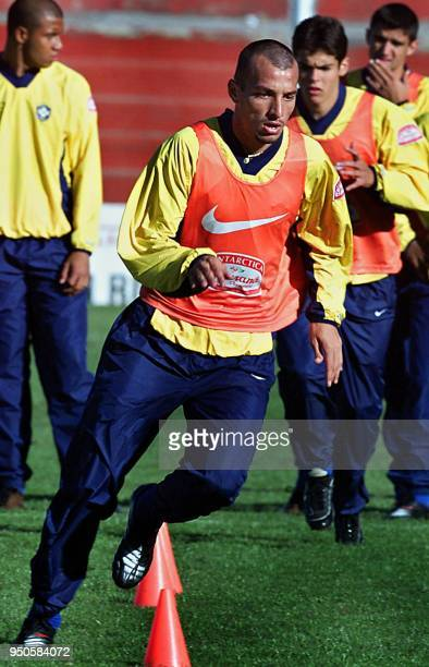 Brazilian Under20 soccer player Edu Dracena 19 June 2001 exercises during practice in Cordoba Argentina El jugador Edu Dracena del seleccionado...