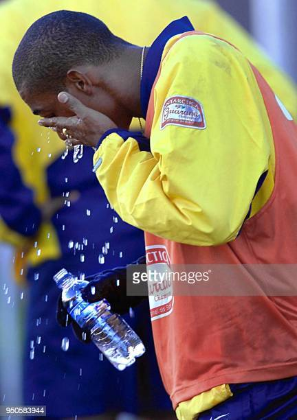 Brazilian Under20 soccer player Robert de Souza refreshes himself 19 June 2001 after practice in Cordoba Argentina El jugador Robert de Souza del...