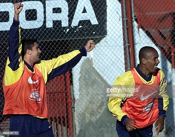 Brazilian Under20 soccer players Fernando and Luizao joke around 21 June 2001 during a training session in Cordoba Argentina Los jugadores brasilenos...