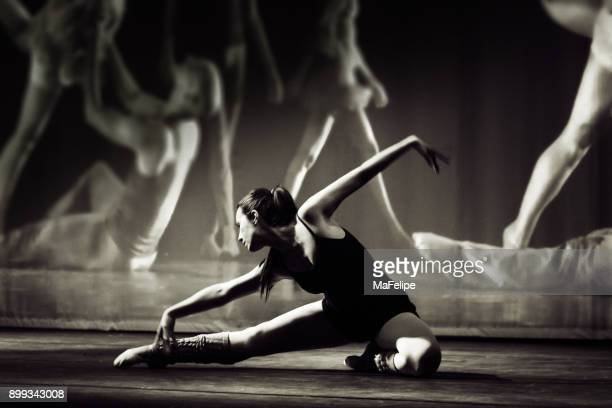 brazilian woman dancing on stage - danza moderna foto e immagini stock