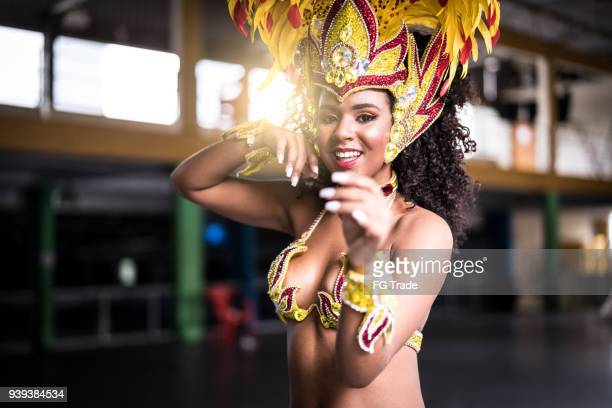 有名なカーニバルのパレードのサンバを踊ってブラジルの女性