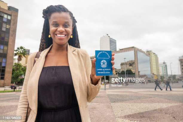 mulher brasileira feliz porque conseguiu um emprego - occupation - fotografias e filmes do acervo