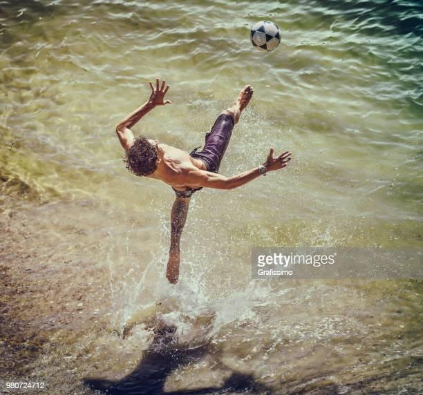 夏の暑い日にコパカバーナのビーチ サッカー ブラジルの若者します。 - ビーチサッカー ストックフォトと画像